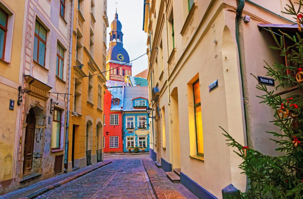 Smal straatje in Riga, Letland