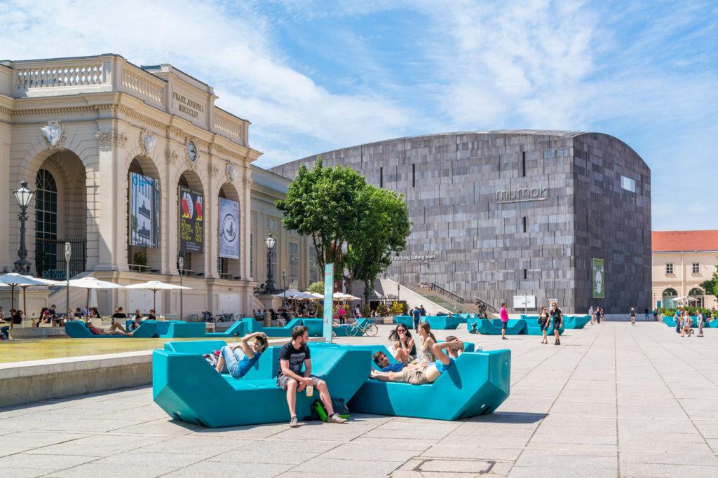 Toeristen op het Museums Quartier in Wenen, Oostenrijk