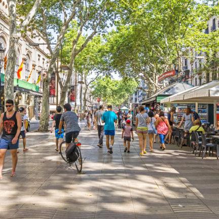 Toeristen in de straat La Rambla in Barcelona, Spanje