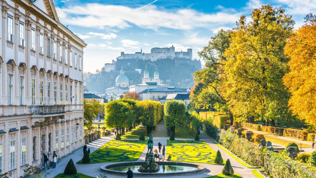 Uitzicht op de Mirabell Palace en fort in de bergen Salzburg, Oostenrijk