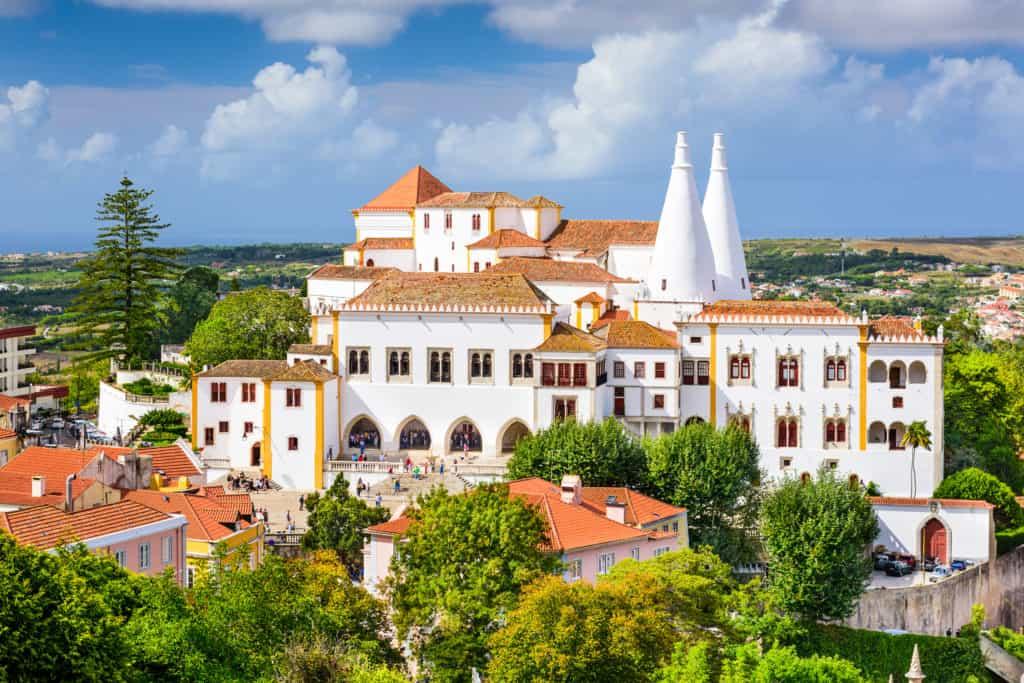 Uitzicht op Palacio Nacional (het Nationaal Paleis) in Sintra, Portugal