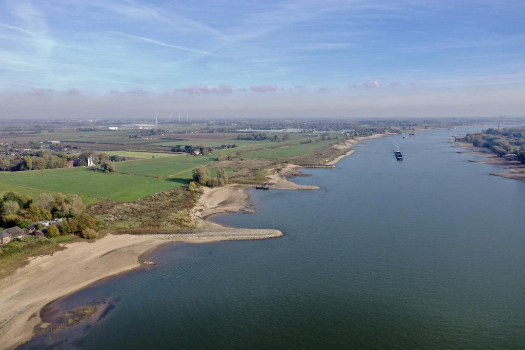 Uitzicht over rivier de Maas en landschap in Nederland