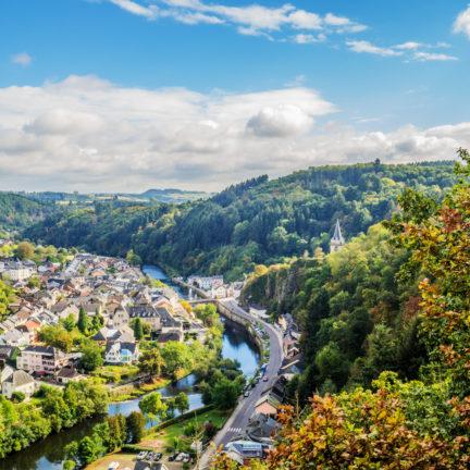 Uitzicht over de vallei van Vianden in Luxemburg