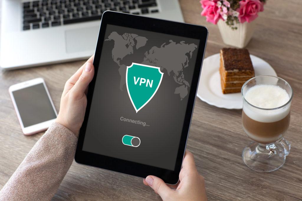 Vrouw houdt een tablet vast met een VPN symbool