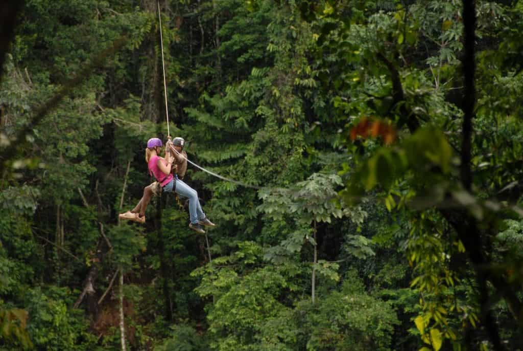 Zipline van Berg en dol ecoresort in Suriname