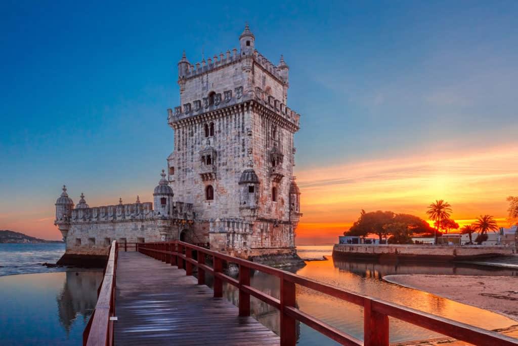 Zonsondergang bij het Torre de Belém in Lissabon, Portugal