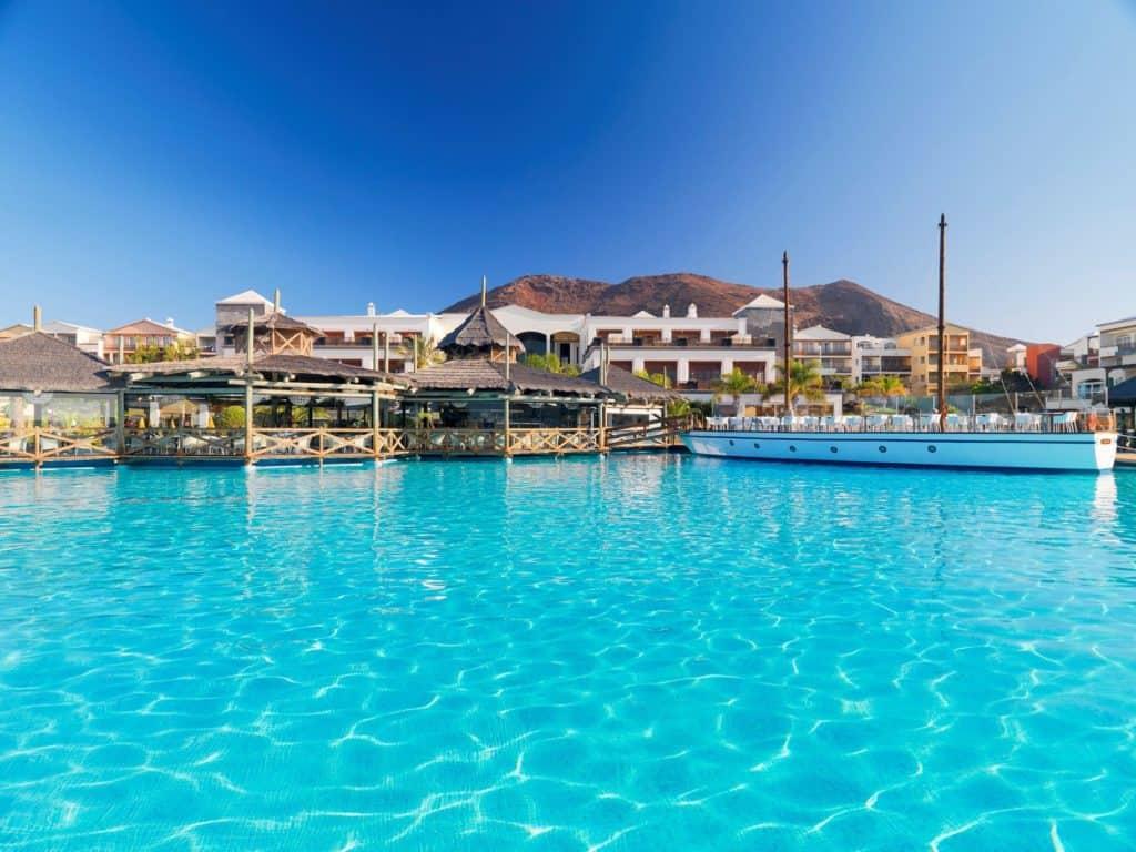 Zwembad van H10 Rubicon Palace in Playa Blanca, Lanzarote, Spanje