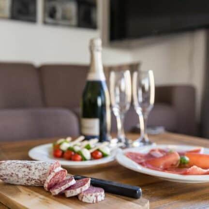 Champagne en hapjes van een villa op LARGO Resort Waterrijk Oesterdam in Tholen, Zeeland, Nederland