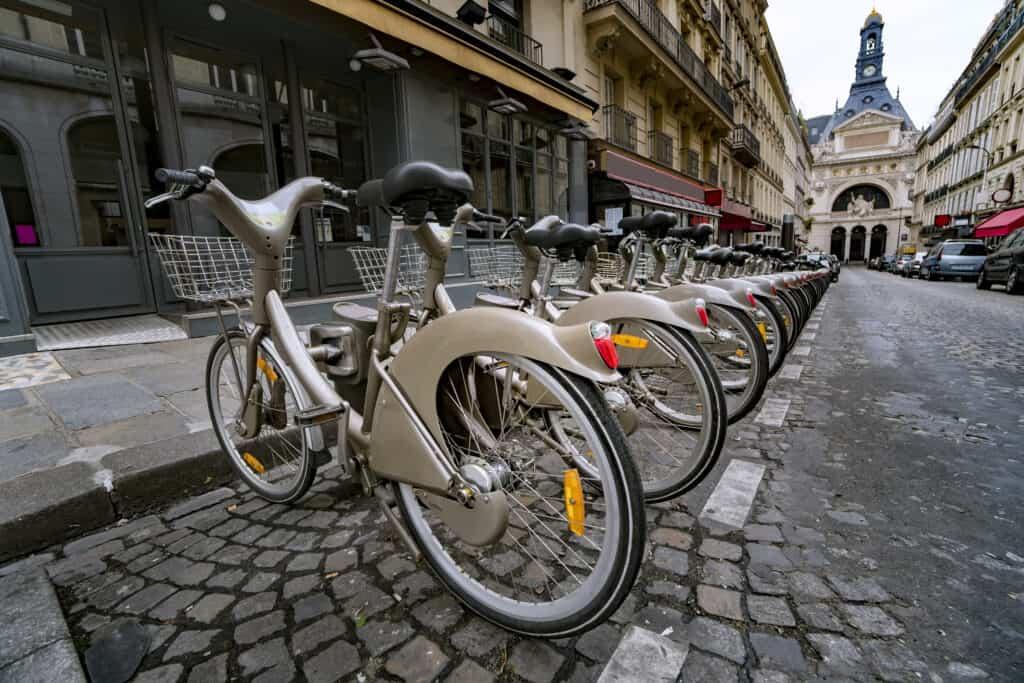 Fietsen in de fietsenstalling van Velib in Parijs, Frankrijk