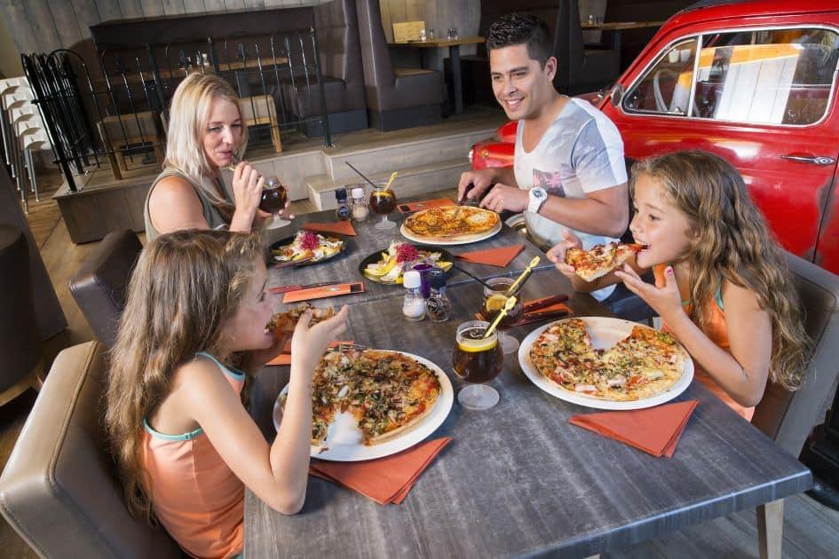 Gezin aan het eten in Roompot Resort Arcen in Arcen, Limburg, Nederland