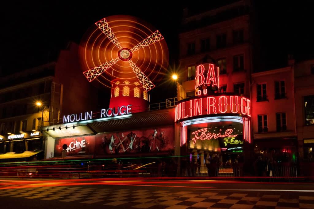 Moulin Rouge in de avond in Parijs, Frankrijk