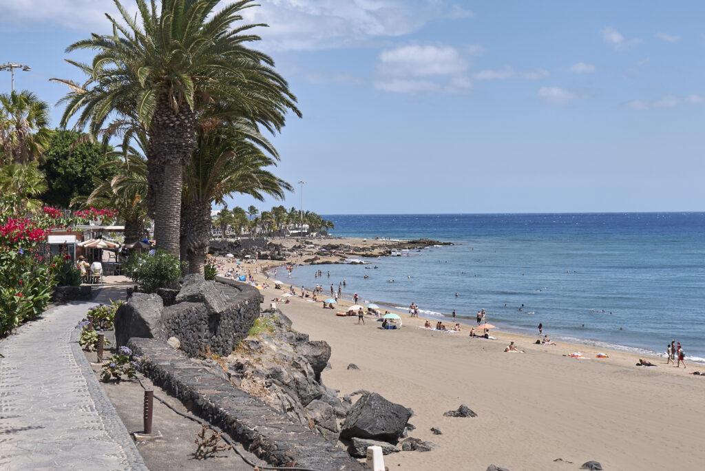 Uitzicht op de boulevard en het strand van Los Pocillos in Puerto del Carmen, Lanzarote