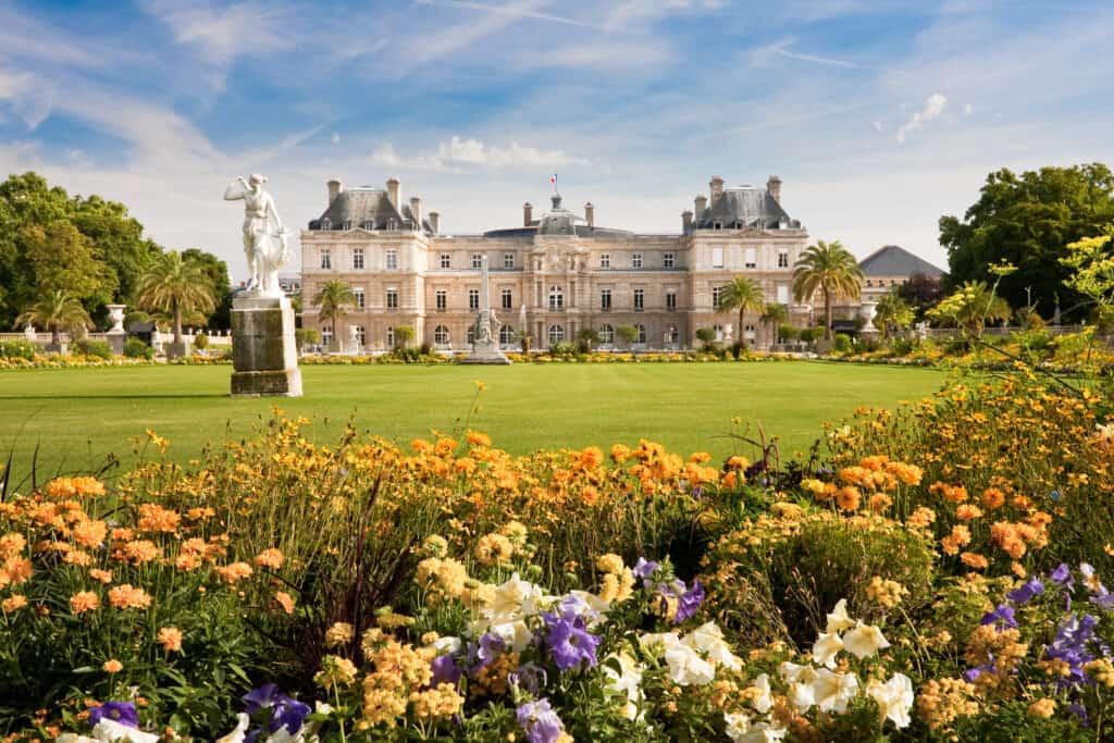 Uitzicht op Palais du Luxembourg in het Jardin du Luxembourg in Parijs, Frankrijk