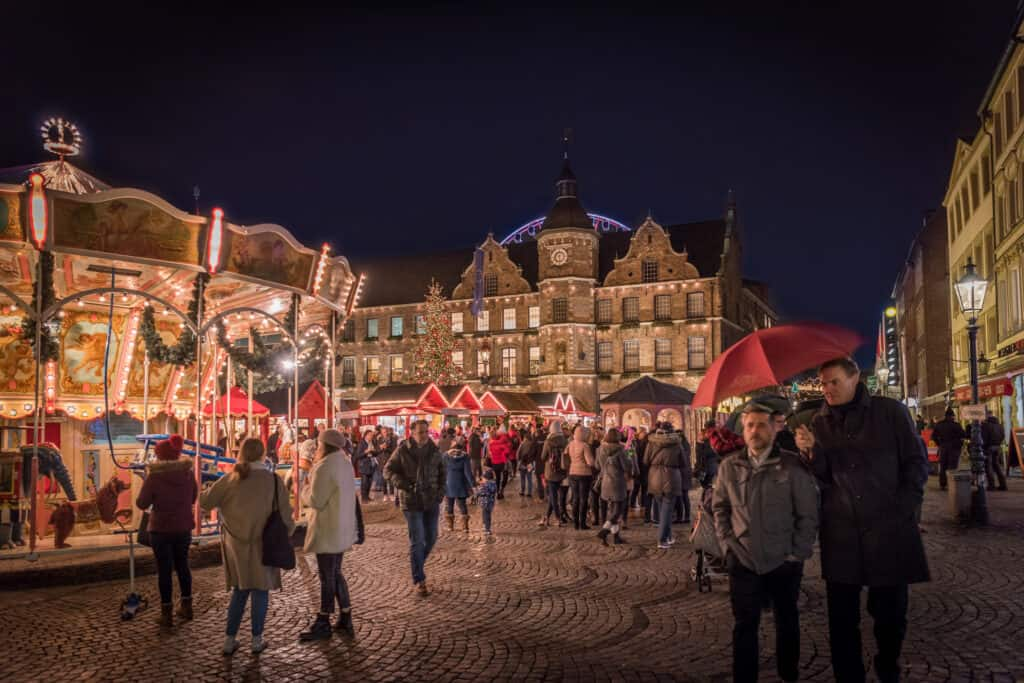 Verlichte kerstmarkt op beroemde Burgplatz in Düsseldorf, Duitsland