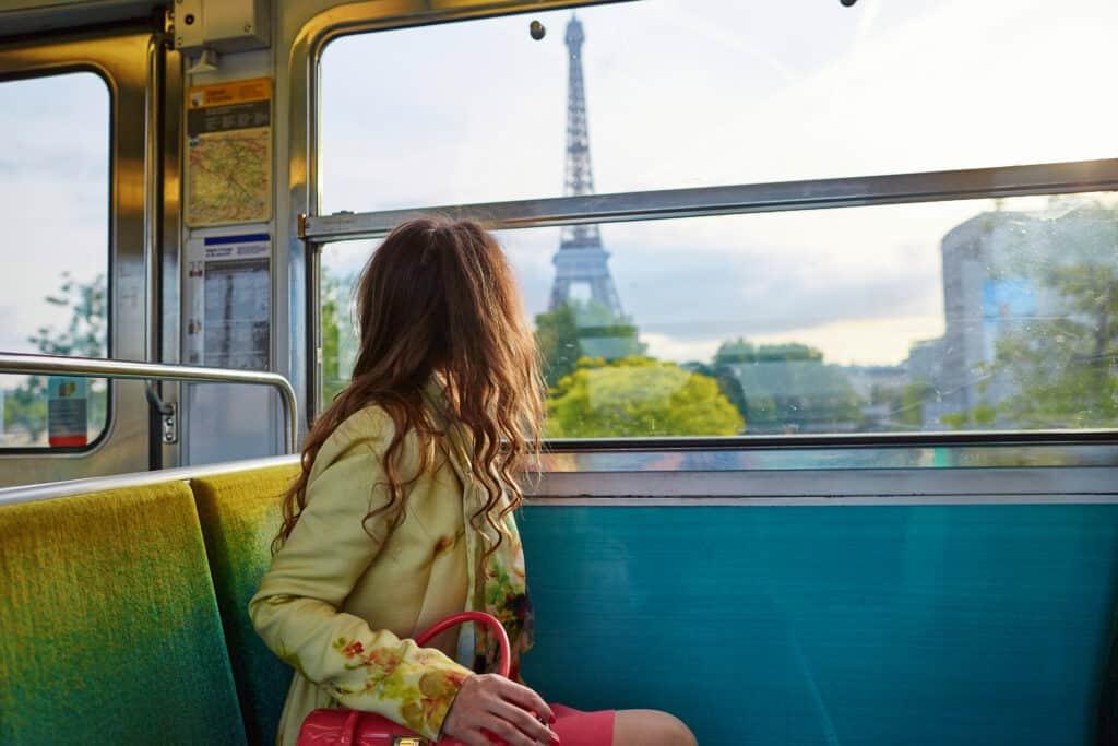 Vrouw kijkt in de tram naar de Eiffeltoren in Parijs, Frankrijk