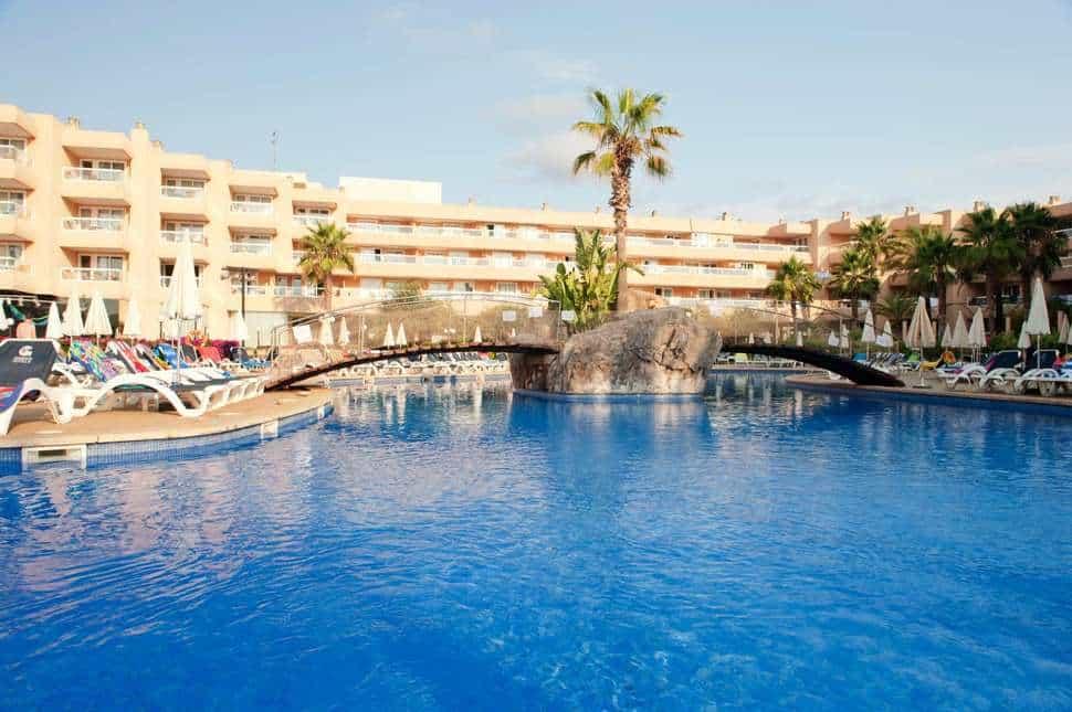 Zwembad van Tropic Garden Hotel Apartments in Santa Eulalia del Río, Ibiza, Spanje