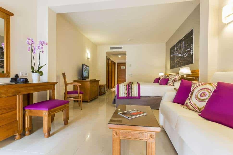 Hotelkamer van Grand Palladium Palace Ibiza Resort & Spa in Playa d'en Bossa, Ibiza, Spanje