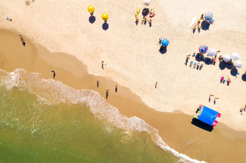 Luchtfoto van een strand met mensen