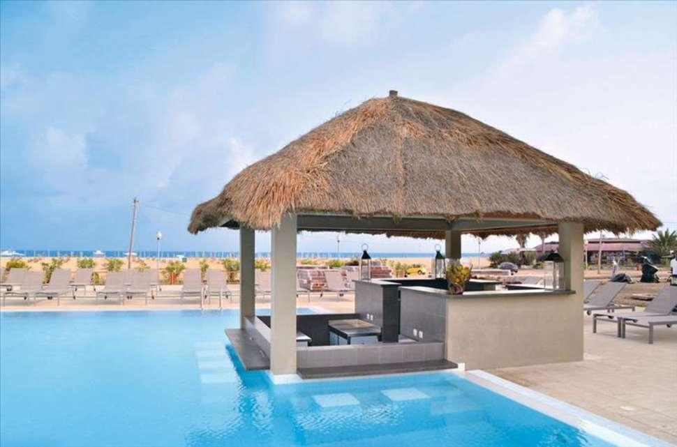 Poolbar van Oasis Salinas Sea in Santa Maria, Sal, Kaapverdië