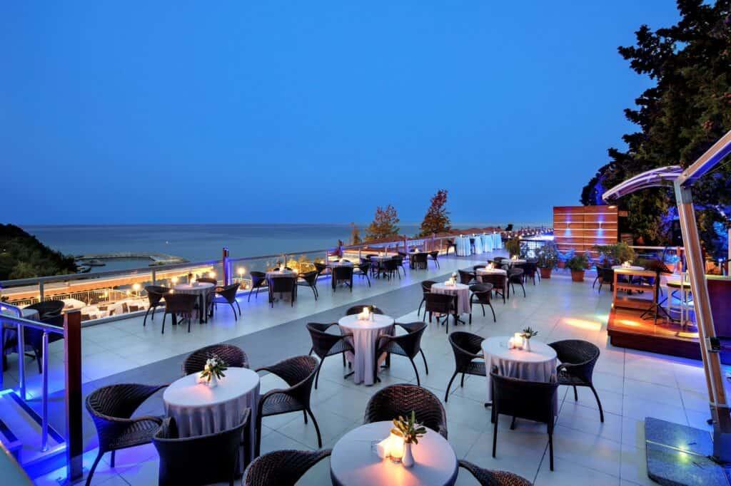 Terras van Pine Bay Holiday Resort in Kusadasi, Noord-Egeïsche Kust, Turkije