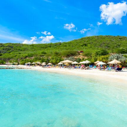 Uitzicht op het Porto Marie strand op Curaçao