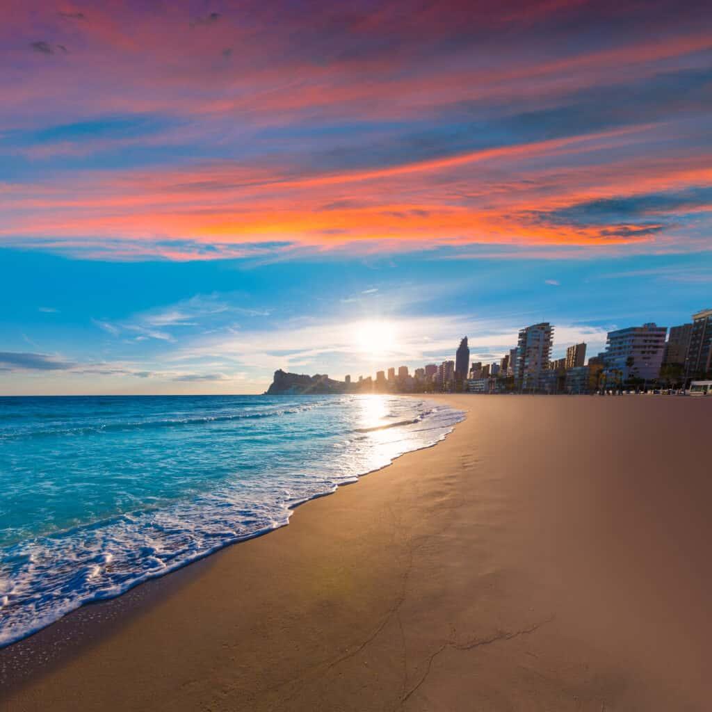 Zonsondergang bij het strand van Benidorm in Spanje
