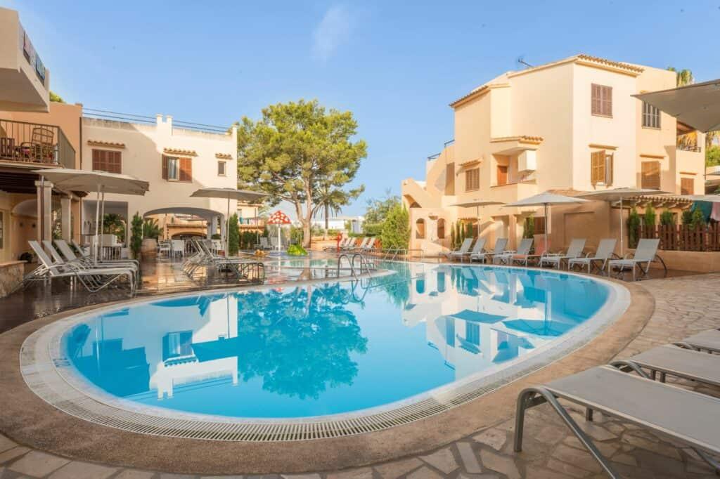 Zwembad van Appartementen Playa Ferrera in Cala d'Or, Mallorca, Spanje
