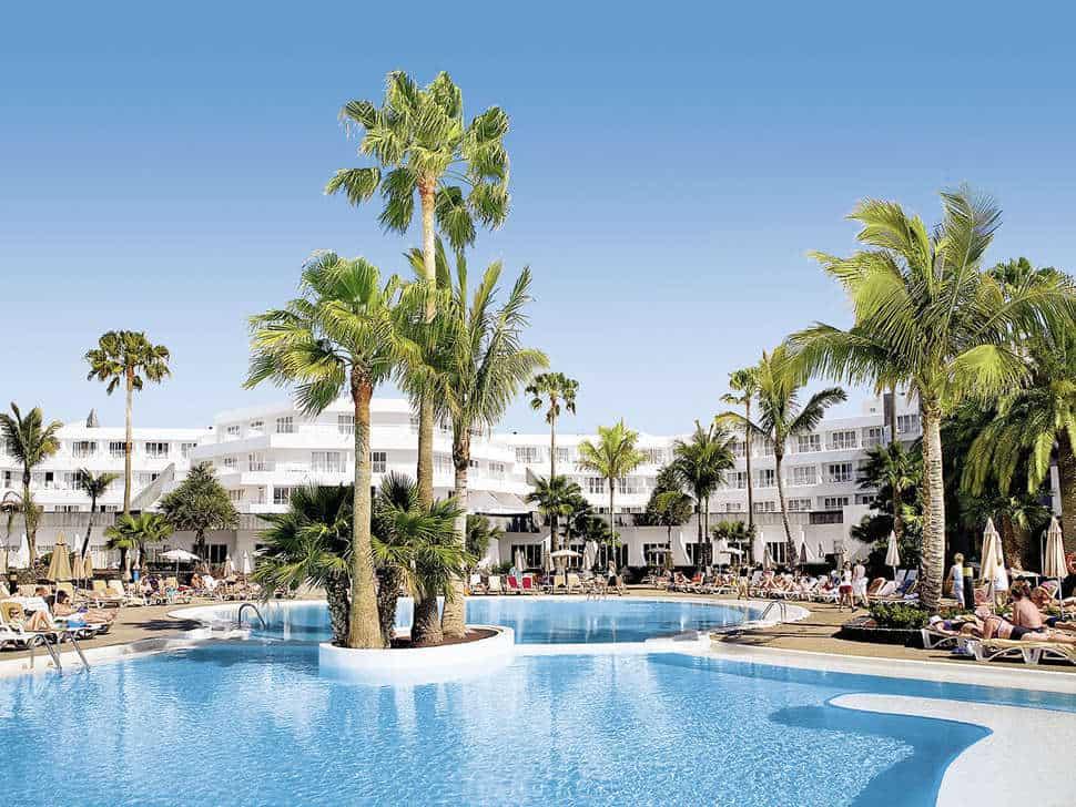 Zwembad van RIU Paraiso Lanzarote Resort in Puerto del Carmen, Lanzarote, Spanje