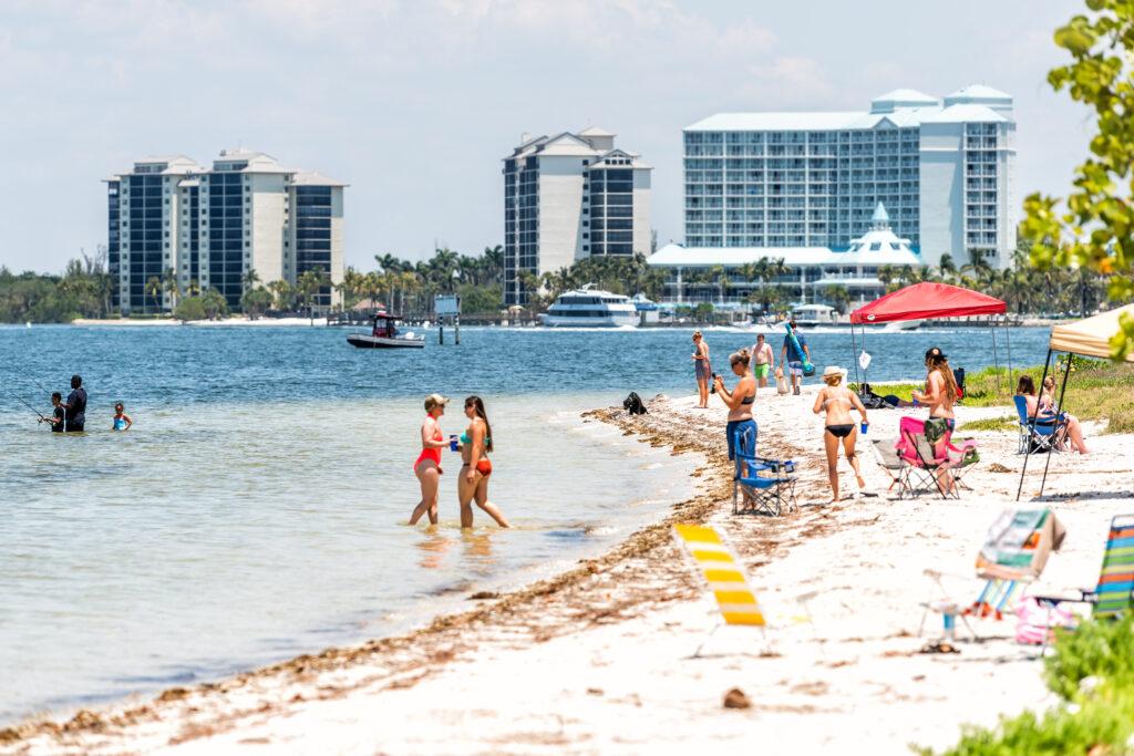 Causeway strand van Sanibel Island bij Fort Myers, Florida