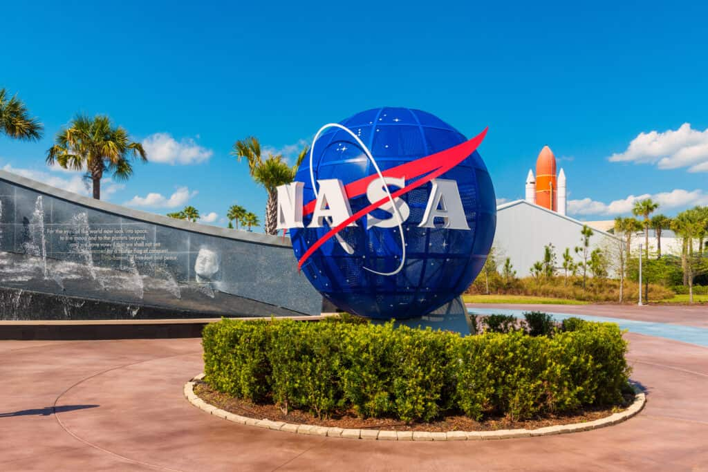 Globe met NASA logo bij Kennedy Space Center, Florida