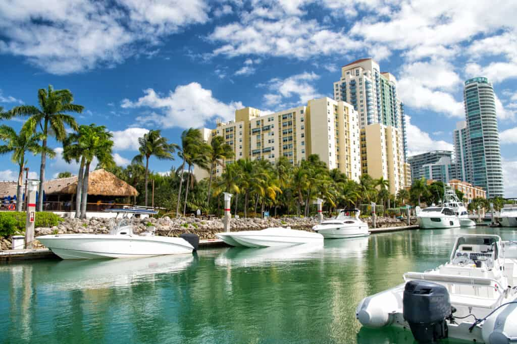 Luxe hotels met jachten in de haven en palmbomen in Miami, Florida