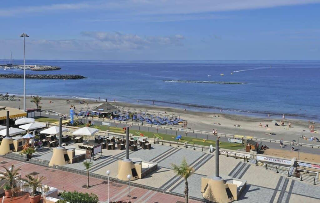 Strand bij Sol Sun Beach in Costa Adeje, Tenerife, Spanje