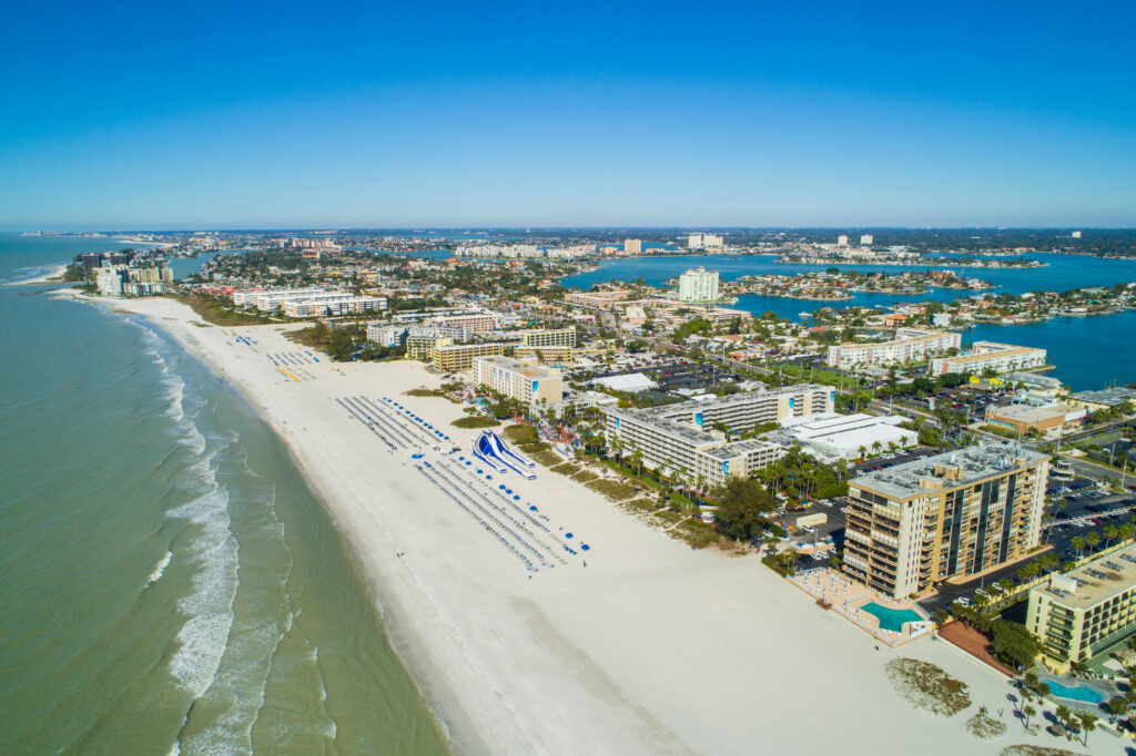 Uitzicht op het strand en hotels aan het strand van St. Petersburg in Florida