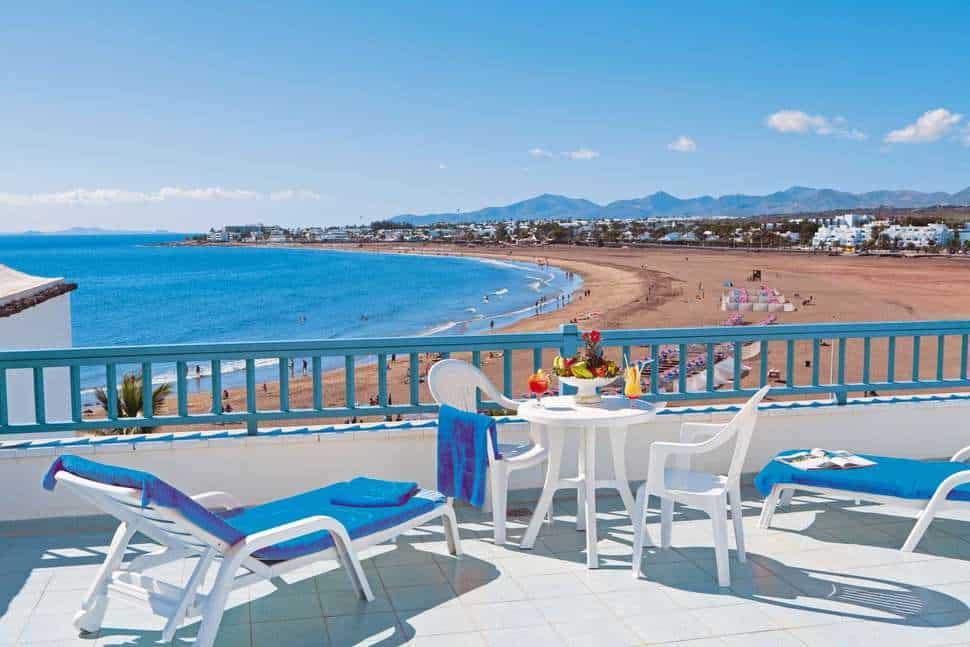 Uitzicht op het strand bij Seaside Los Jameos Playa in Puerto del Carmen, Lanzarote, Spanje