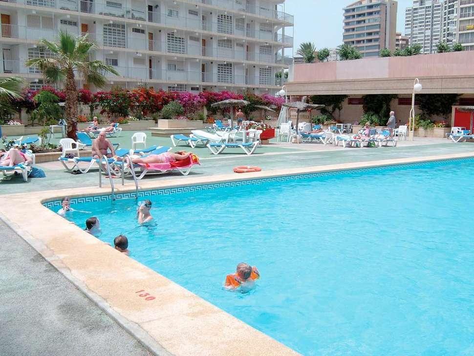 Zwembad van Les Dunes Comodoro in Benidorm, Costa Blanca, Spanje