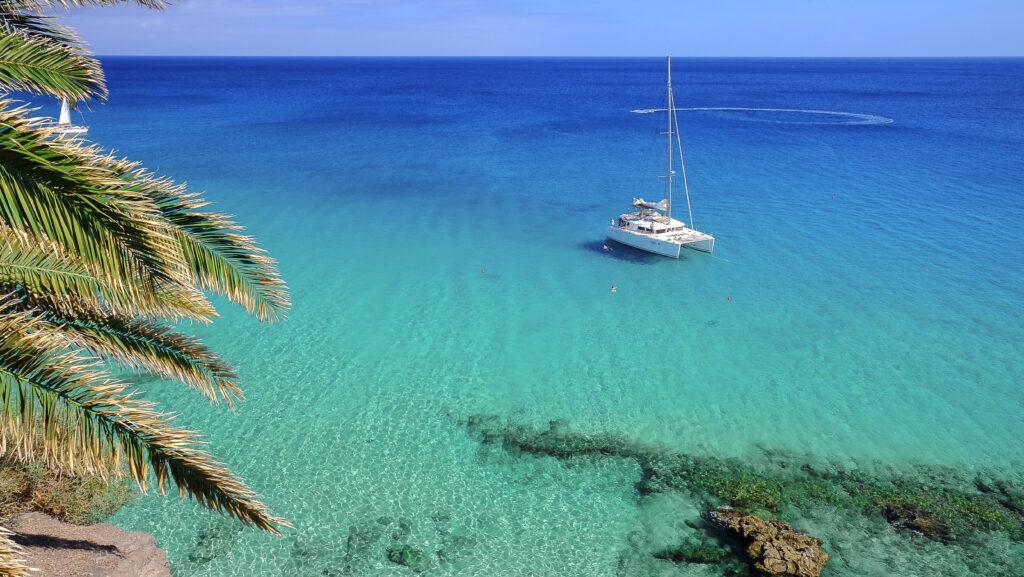 Boot in de helderblauwe zee van Fuerteventura