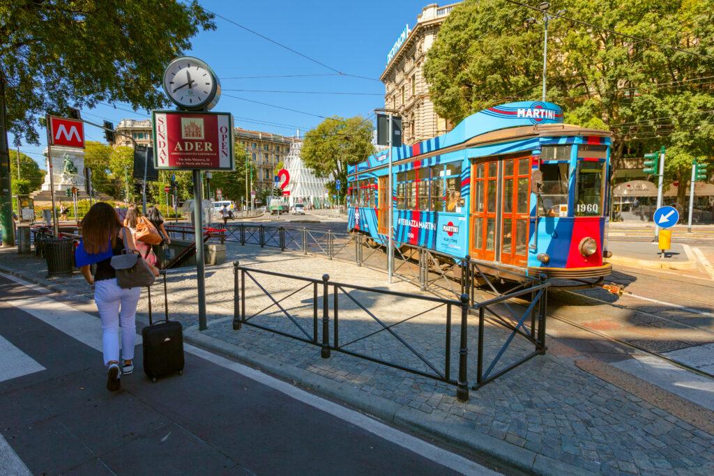 Gekleurde tram in Milaan, Italië