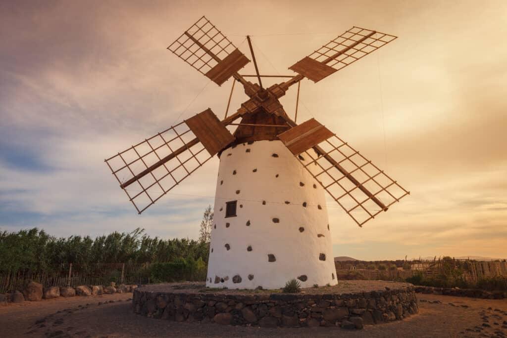 Zonsondergang bij een authentieke molen in El Cotillo, Fuerteventura