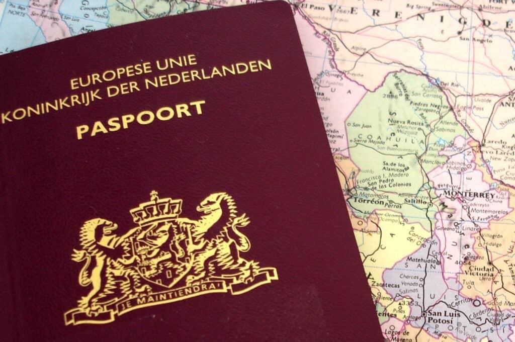 Nederlands paspoort op een landkaart