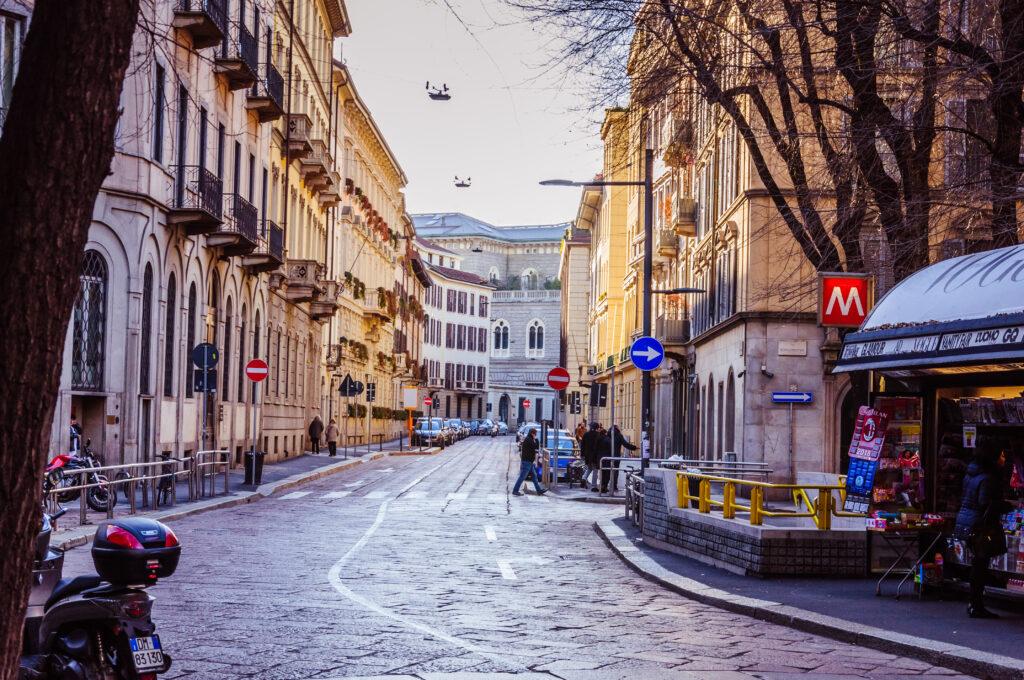 Straat in de wijk Brera in Milaan, Italië