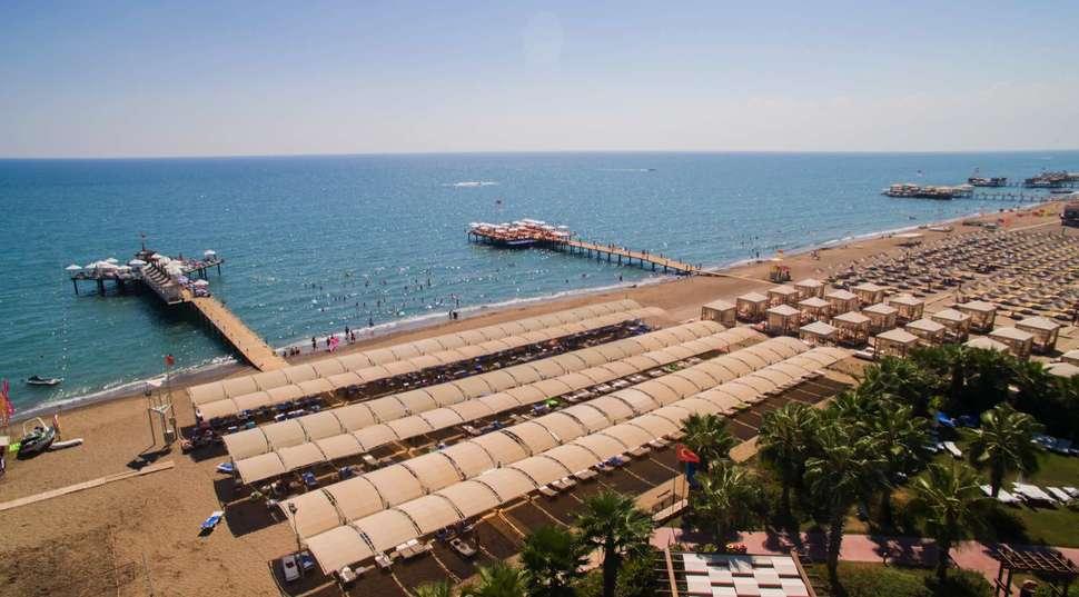 Strand van Saturn Palace Resort in Lara Beach, Turkse Rivièra, Turkije