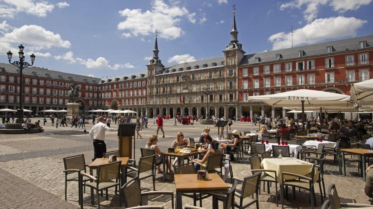 Terras op Plaza Major in Madrid, Spanje
