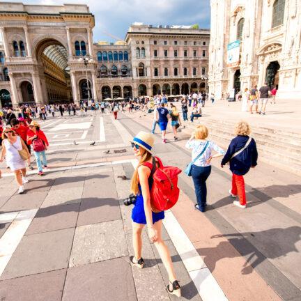 Toeristen op het domplein in Milaan, Italië