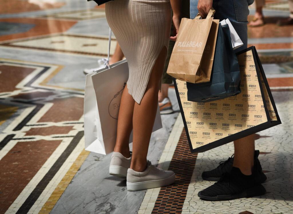 Vrouwelijke toeristen met tassen van kledingwinkels in Milaan, Italië