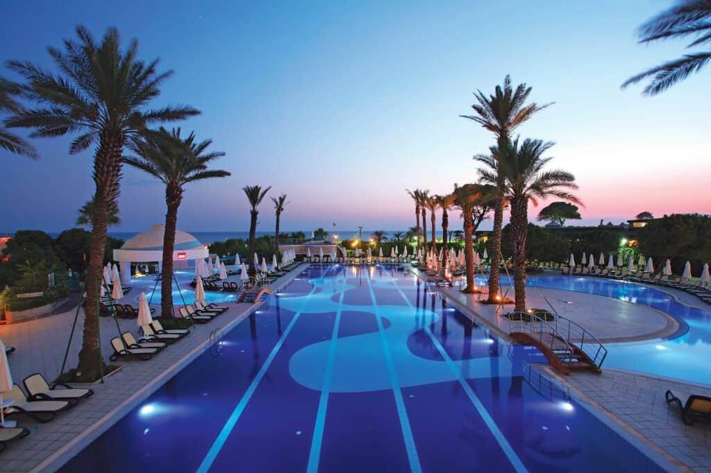 Zwembad van Limak Atlantis Deluxe Resort in Belek, Turkse Rivièra, Turkije