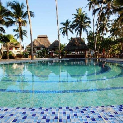 Zwembad van Paradise Beach Resort in Uroa, Zanzibar, Tanzania