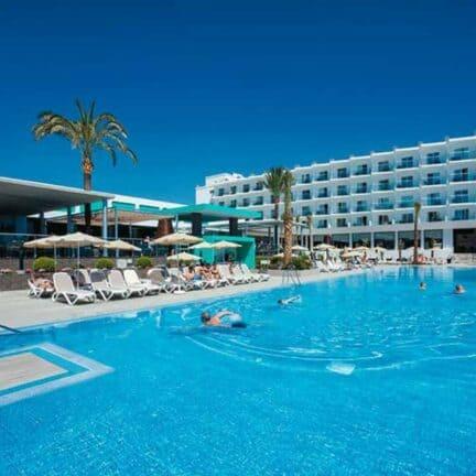 Zwembad van Riu Costa del Sol in Torremolinos, Costa del Sol, Spanje