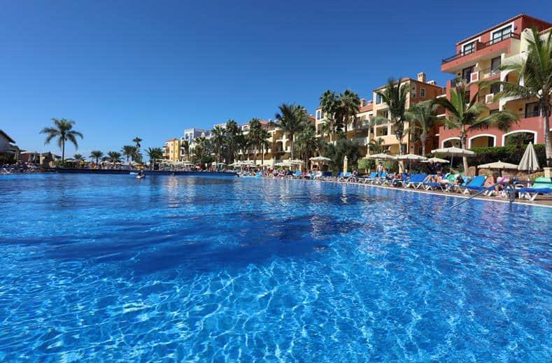 Zwembad van Sunlight Bahia Principe Costa Adeje in Puerto de la Cruz, Tenerife, Spanje