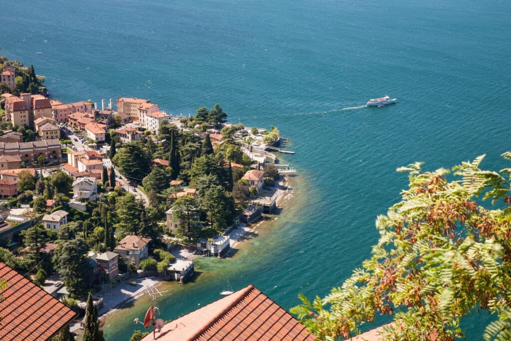 Comomeer met een boot in Italië