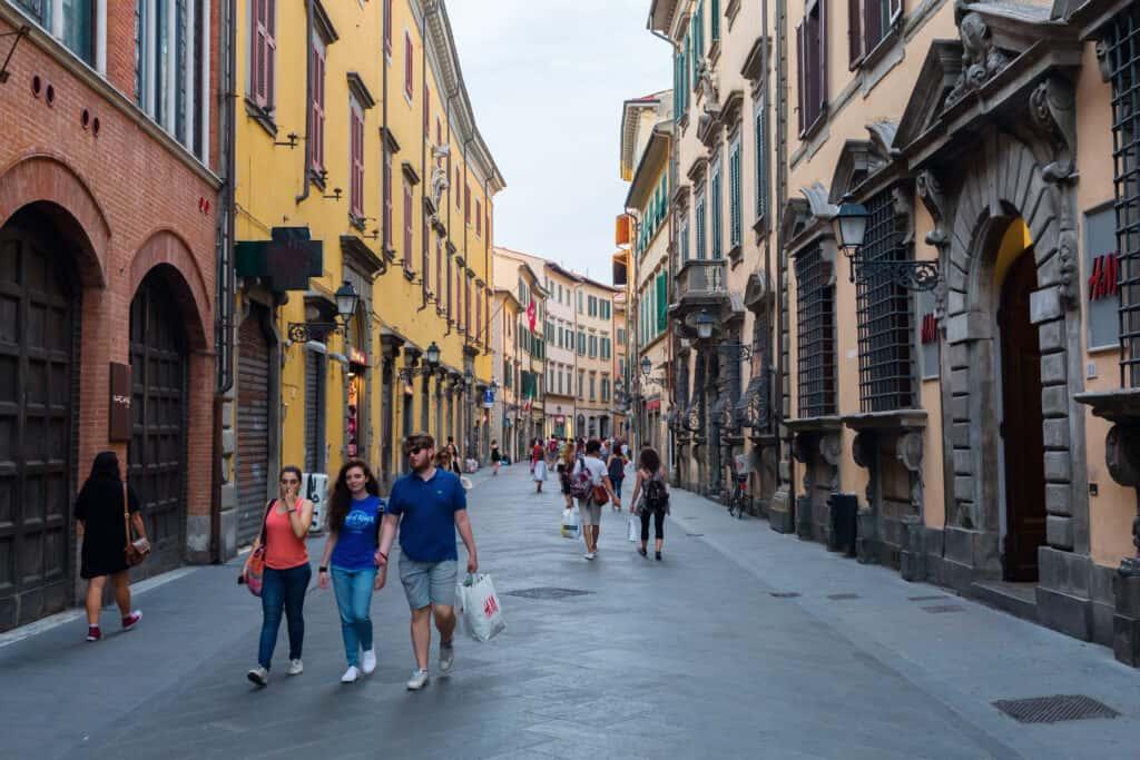 Winkelstraat Corso Italia in Pisa, Italië